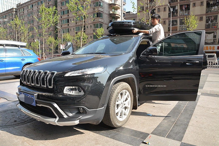jeep吉普自由光安装车顶行李箱