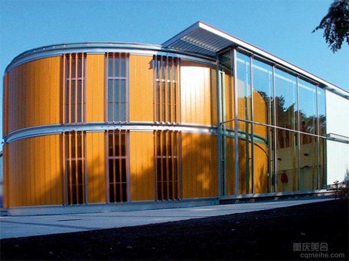 在户外的阳光房,被动式太阳能取暖,在其中种植热带植物,提高氧含量,并